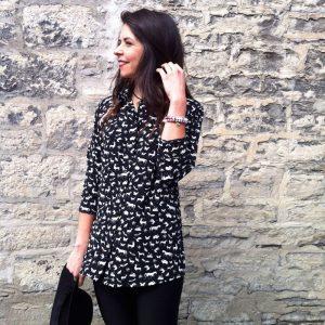 Chemise à motif pour femme semi-ajusté fait au Québec, confortable et féminine, noire et rose, vêtements québécoise Marilou design