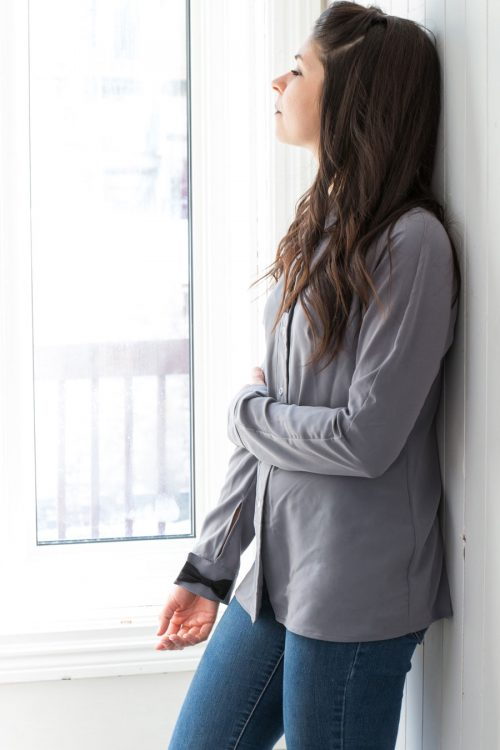 Chemise pour femmes fait au Québec, grise, neutre, look classique avec féminité, vêtements québécois Marilou design