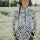 chemise-pour-femme-fait-au-quebec-blanc-motif-noire-designer-quebecois-marilou-design