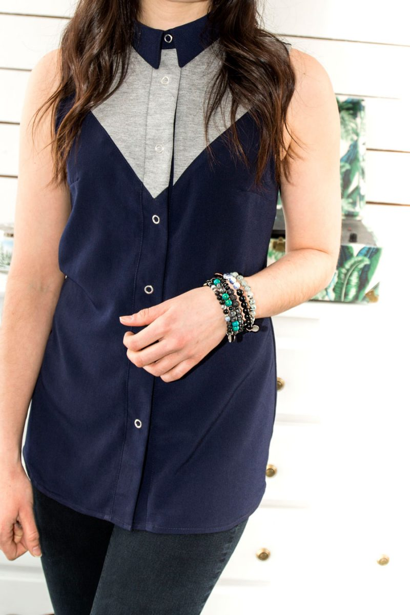 Chemise-Bleu-Fait-au-Quebec-sans-manches-Vetements-designe-de-mode-quebecois-marilou-design-Blouse marine et grise pour femme, sans manches, fait au canada par Marilou design