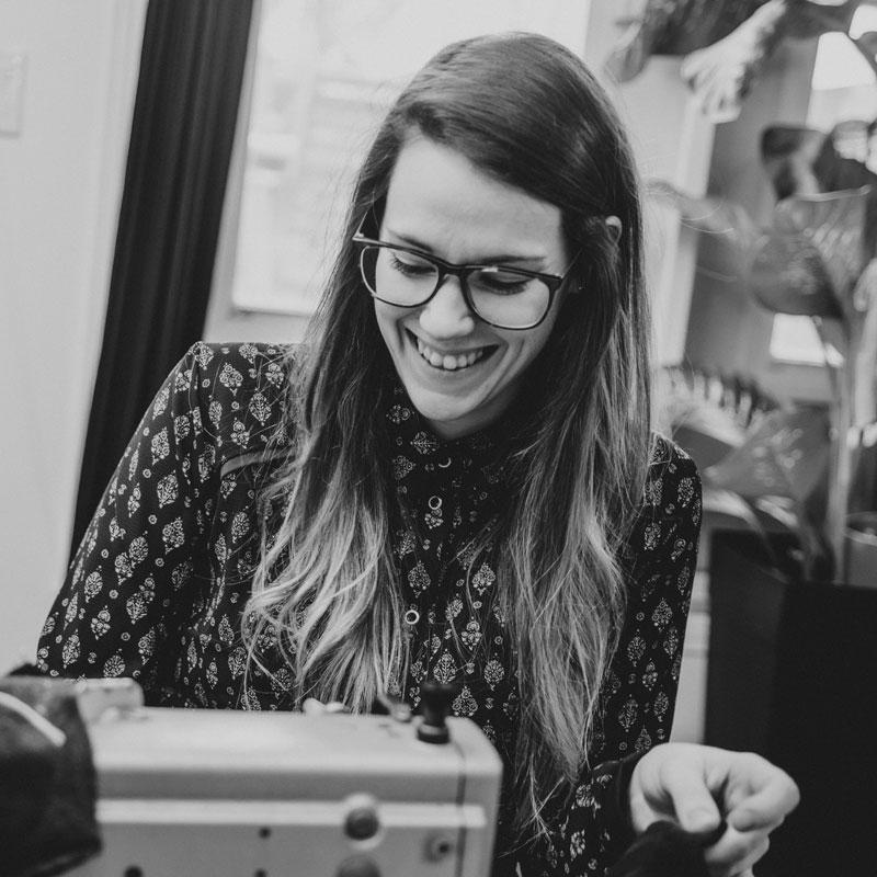 Designer de mode québécoise au travail, jeune entrepreneur Marilou design