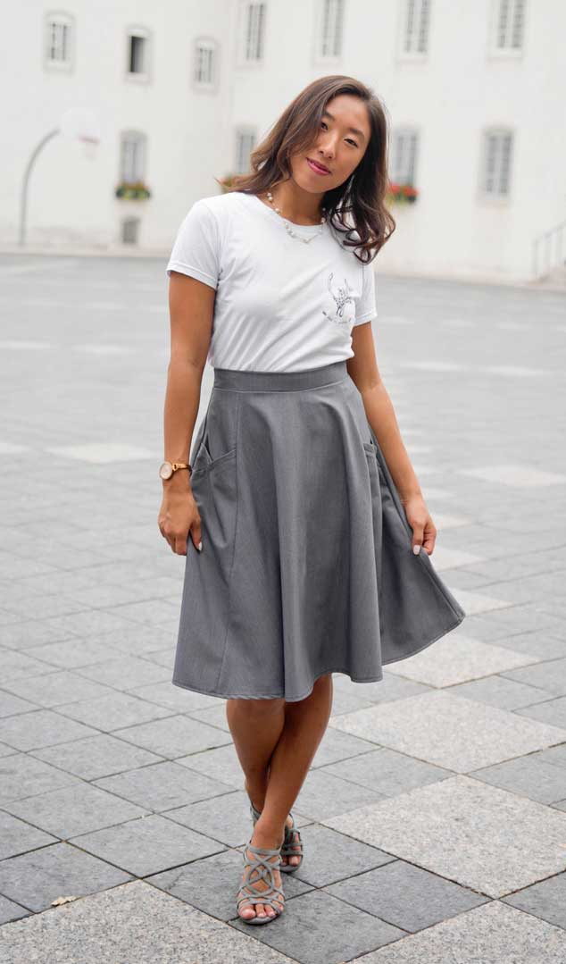 look-for-woman-grey-skirt-with-basic-white-tshirt-made-in-canada-vetement-pour-femme-jupe-designer-quebecois-marilou-design