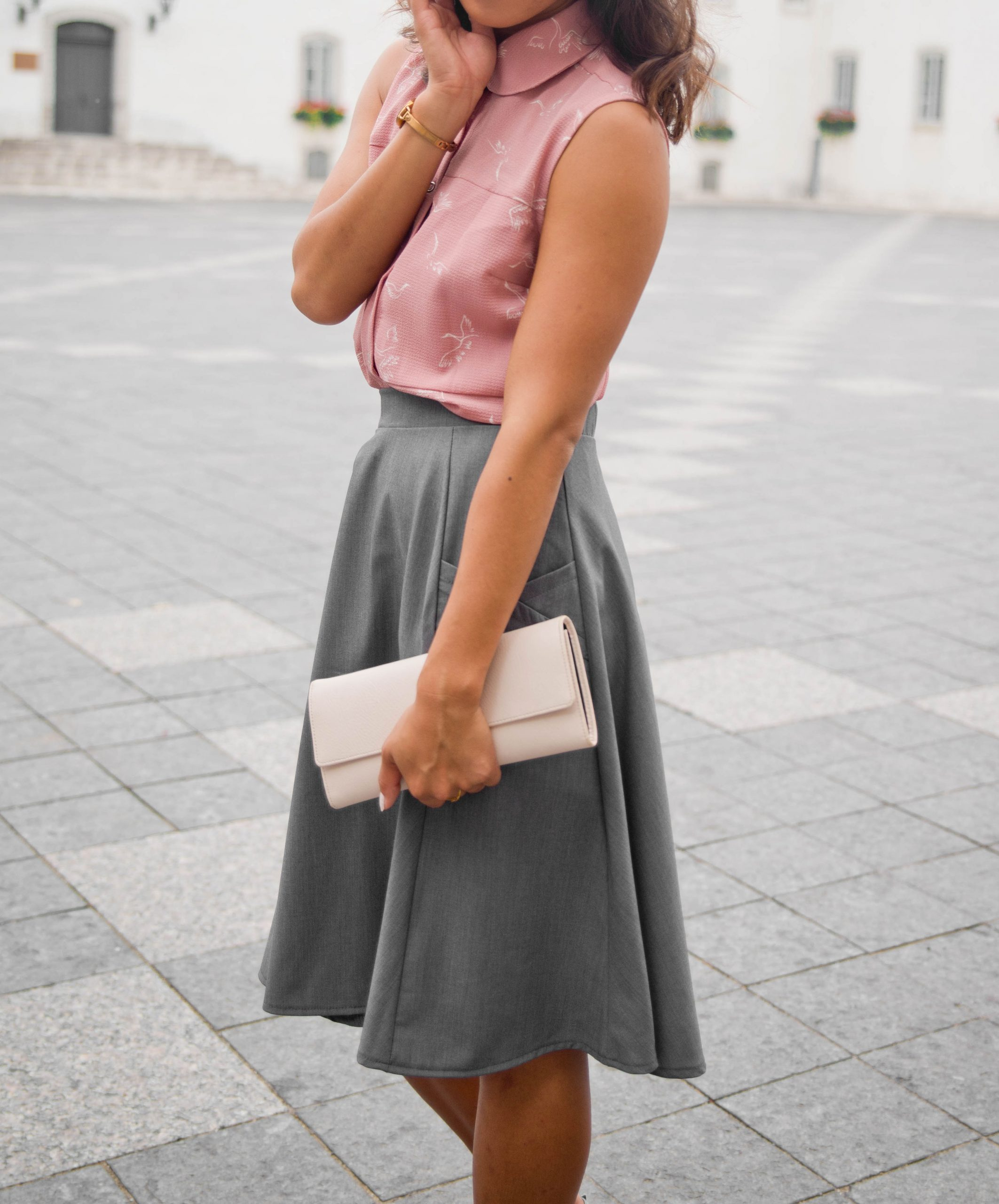 shirt-for-woman-chemise-pour-femme-clothes-made-in-quebec-look-with-skirt-chic-corpo-confortable-marilou-design-Look féminin, chemise agencé à une jupe grise, marilou design