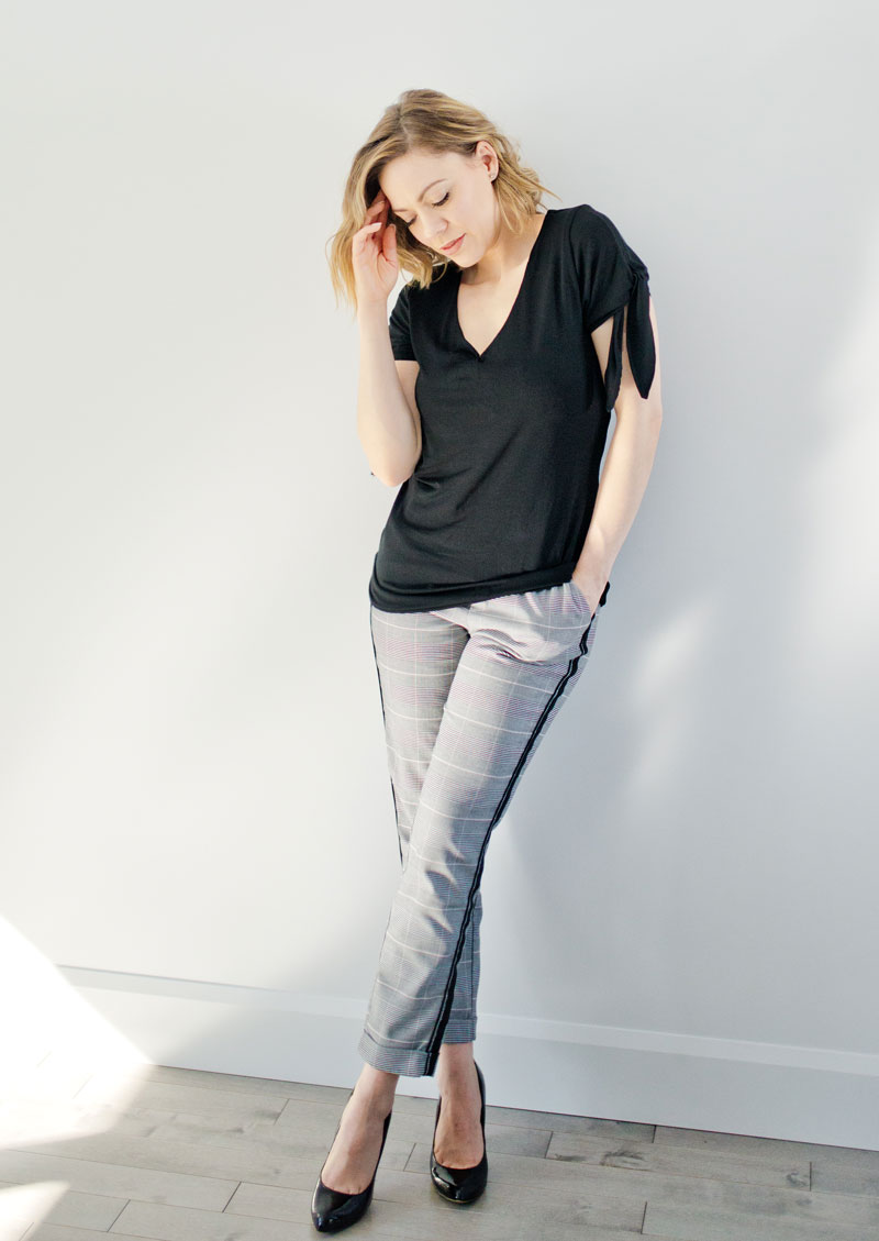 tshirt-for-woman-black-made-in-canada-look-chic-and-comfo-vetement-pour-femme-fait-au-quebec-marilou-design-chandail noir look chic avec pantalon corpo