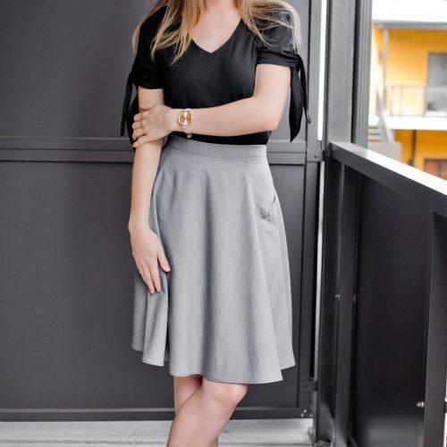 tshirt-for-woman-black-made-in-canada-look-wedding-chic-comfo-summer-vetement-pour-femme-fait-au-quebec-marilou-design-look chandail noir avec boucles sur les manches et jupe grise circulaire avec poches