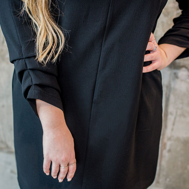 black-dress-chic-with-longues-sleeves-with-pleat-classy-robe-noire-made-in-quebec-marilou-design