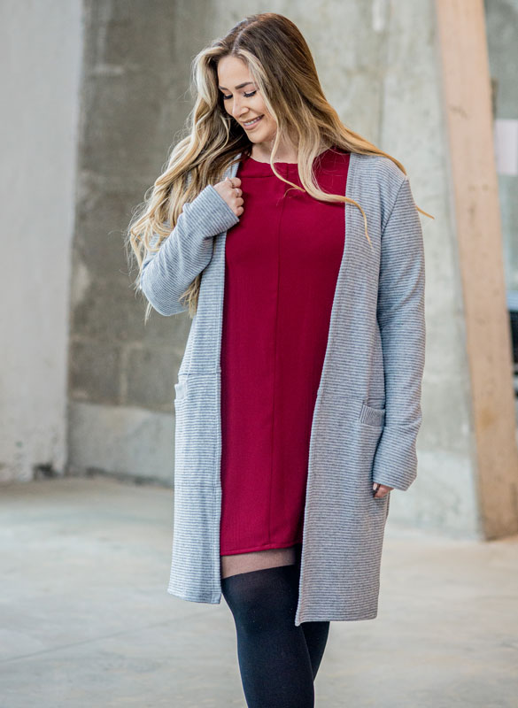 cardigan-gris-pour-femme-vest-grey-chic-comfy-longues-sleeves-with-red-dress-for-woman-made-in-canada-marilou-design