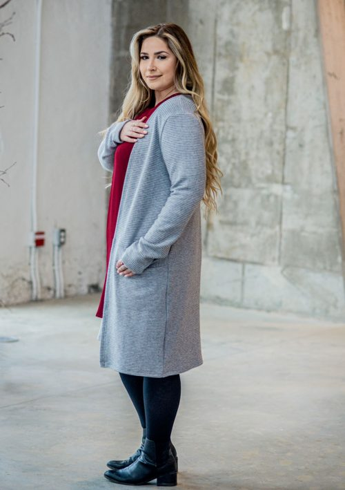 cardigan-gris-pour-femme-vest-grey-chic-comfy-longues-sleeves-with-red-dress-for-woman-made-in-quebec-marilou-design