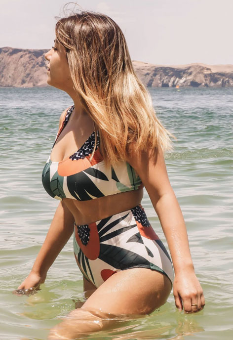 body-positive-beach-summer-look-love-yourself-complexe-junes-swimwear-mariloudesign