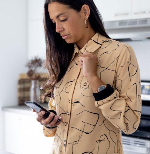 chemise-beige-fait-au-quebec-boutique-en-ligne-vetement-femme-designer-quebecois-marilou-design-blouse-beige-noir-pour-femme-vetement-quebecois