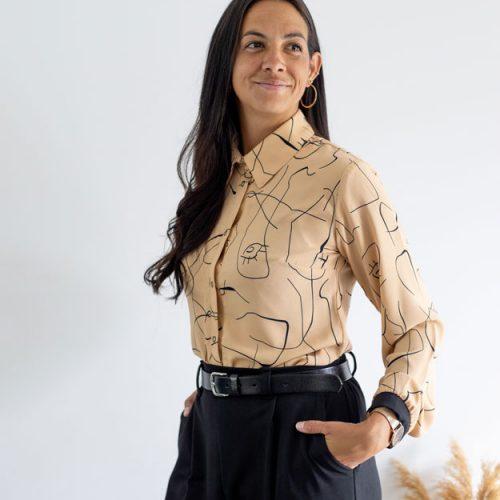 look-chic-classique-chemise-motif-visage
