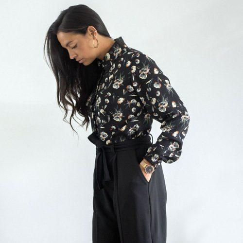 shirt-black-chic-with-flowers-chemise-noir-pour-femme-vetement-designer-quebecois-boutique-en-ligne-made-in-canada-marilou-design
