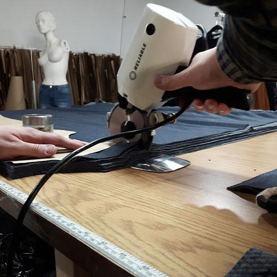 taillage-vetement-fait-au-quebec-etape-fabrication-marilou-design