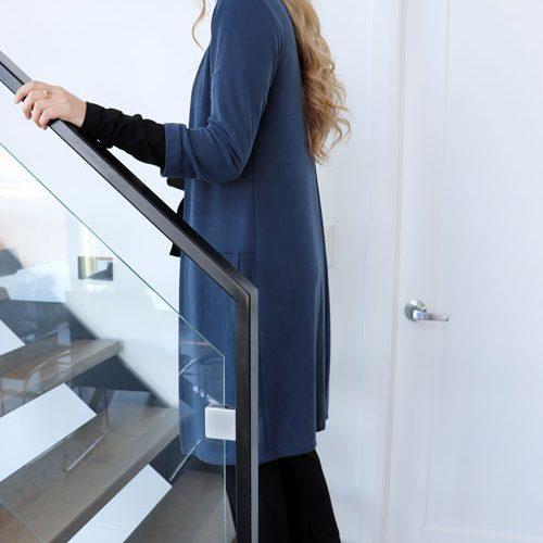 cardigan-long-fait-au-quebec-vetement-femme-quebecois-veste-bleu-mouchic-marilou-design
