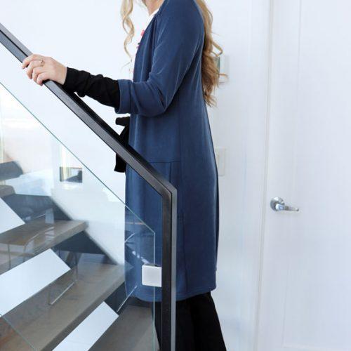 cardigan-long-fait-au-quebec-vetement-woman-quebecois-veste-bleu-mouchic-marilou-design